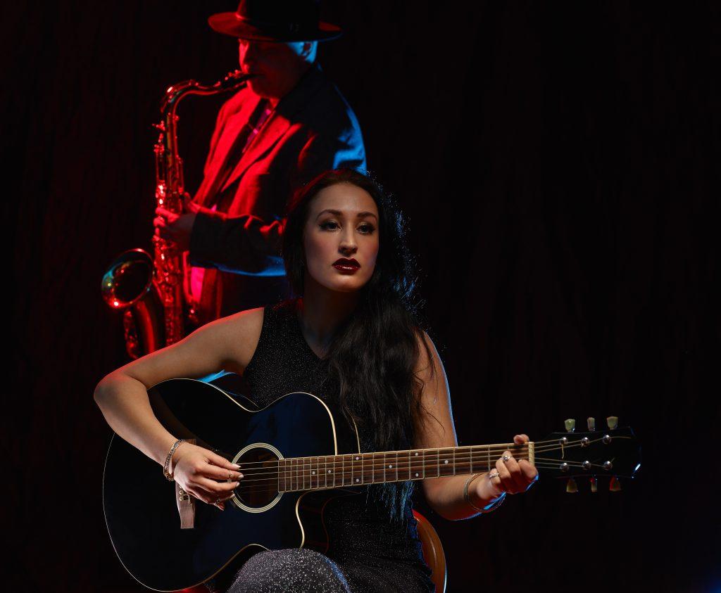 Erwachsene Frau spielt in einer Band