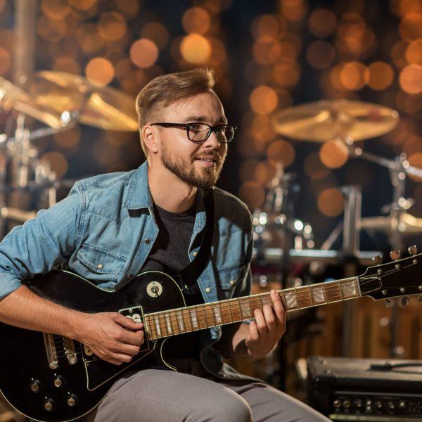 Erwachsener und versierter Gitarrist
