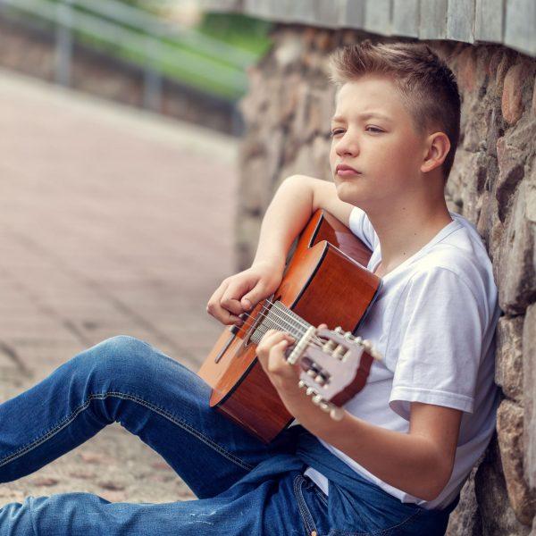 Gitarrenkurs Jugendlicher spielt zum Spaß Gitarre