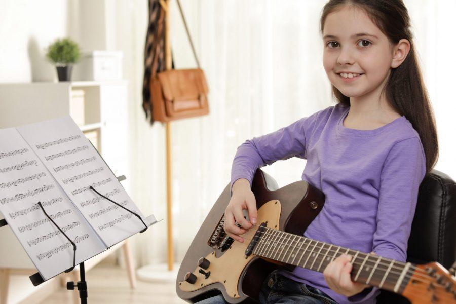 Kind kann Melodien und Akkorde spielen
